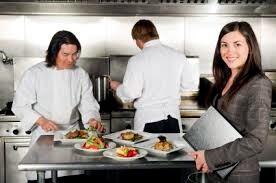 Администратор ресторана на кухне